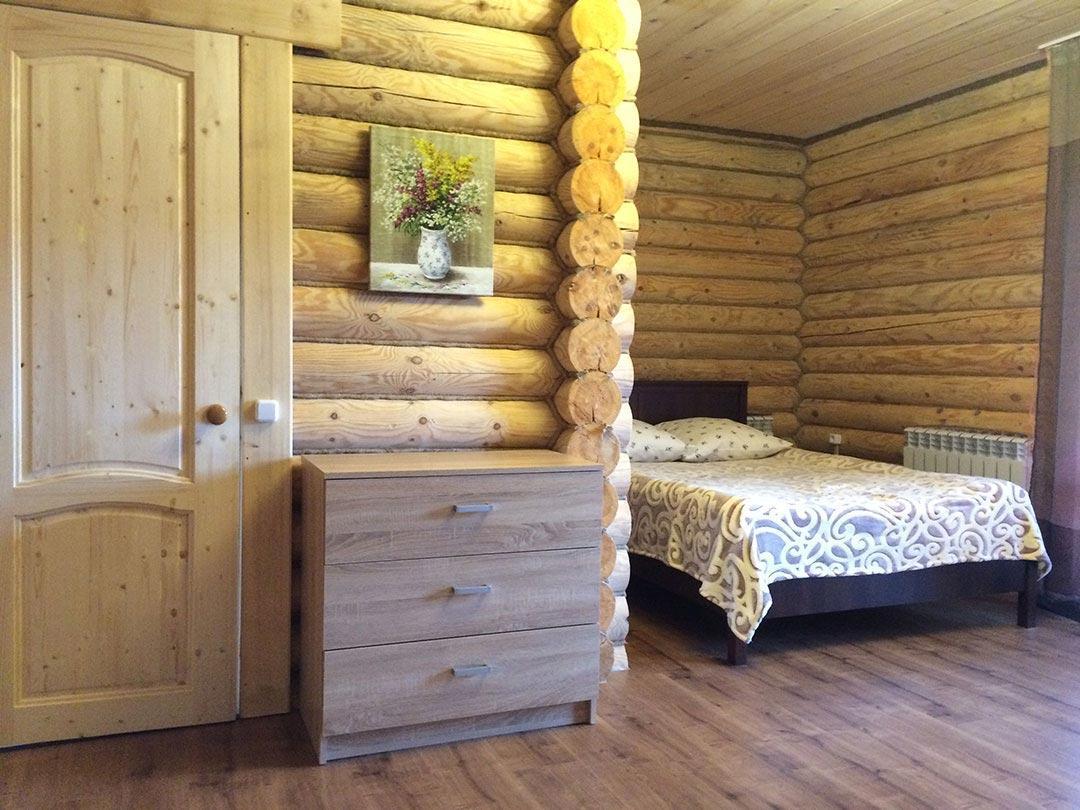 Левая спальня с большой комфортной кроватью